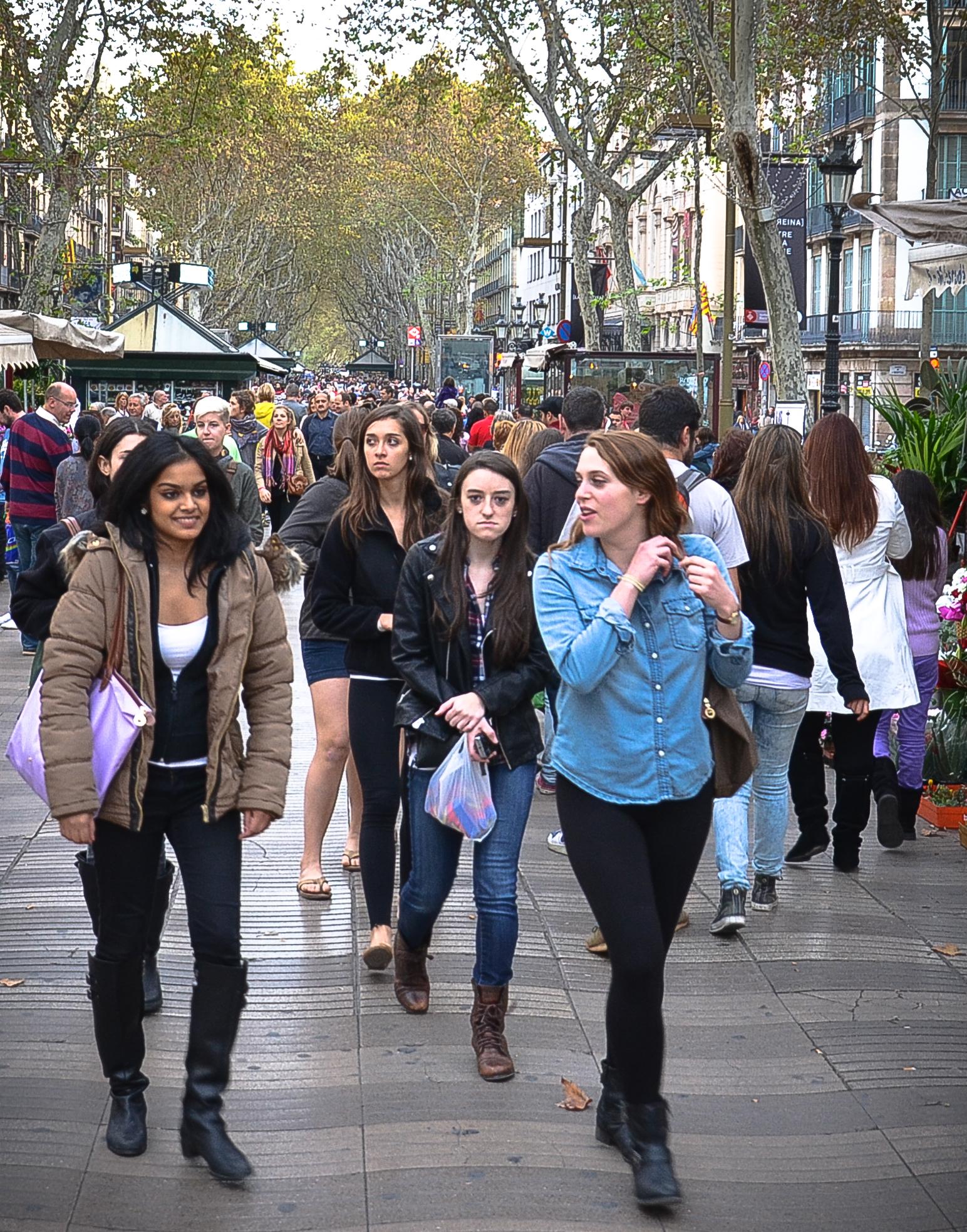 Människor på Las Ramblas i Barcelona