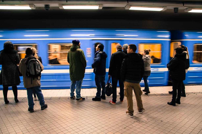 Passagerare som väntar på att åka tunnelbana