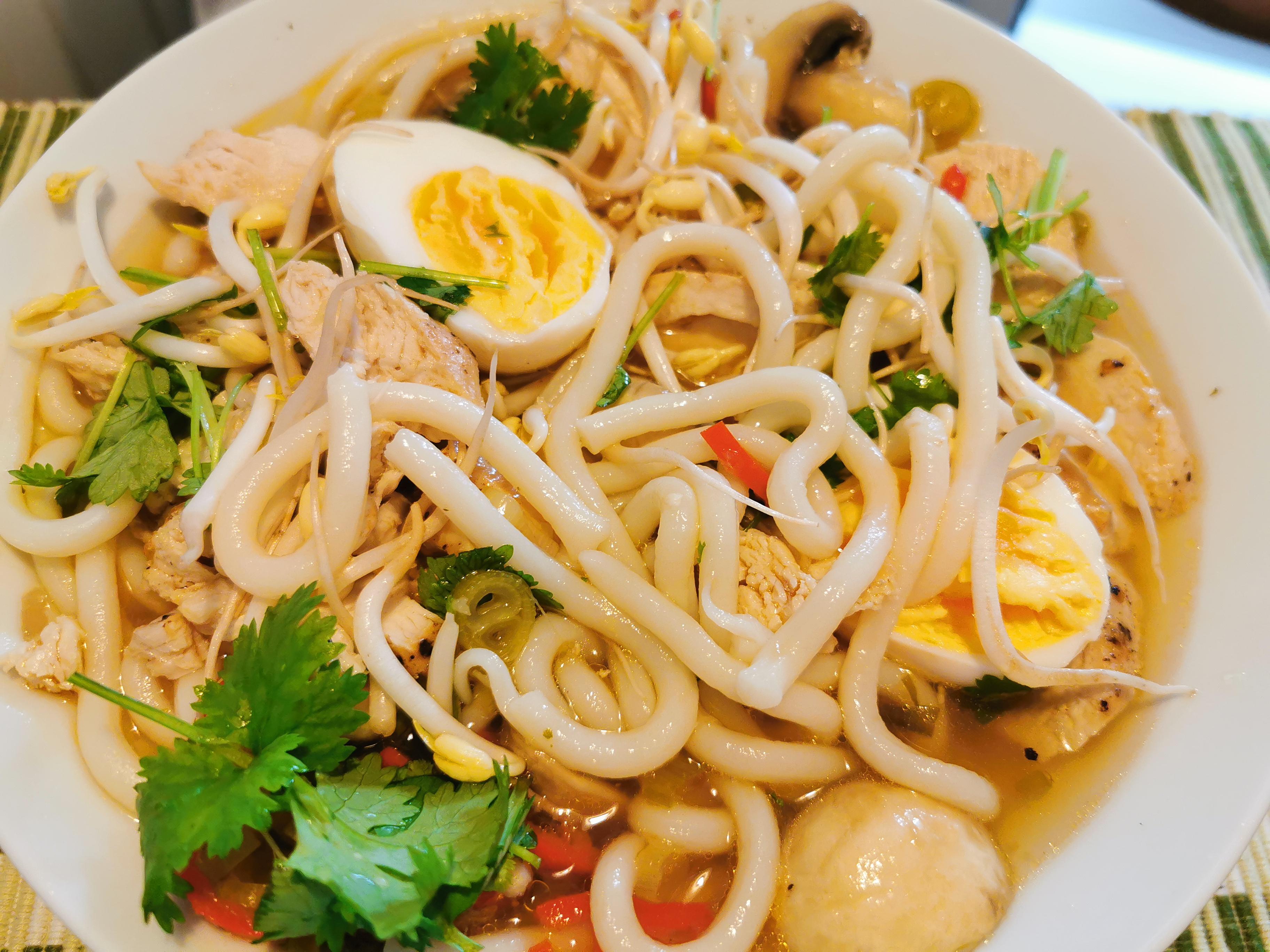 Ramen med ägg, kyckling och grönsaker
