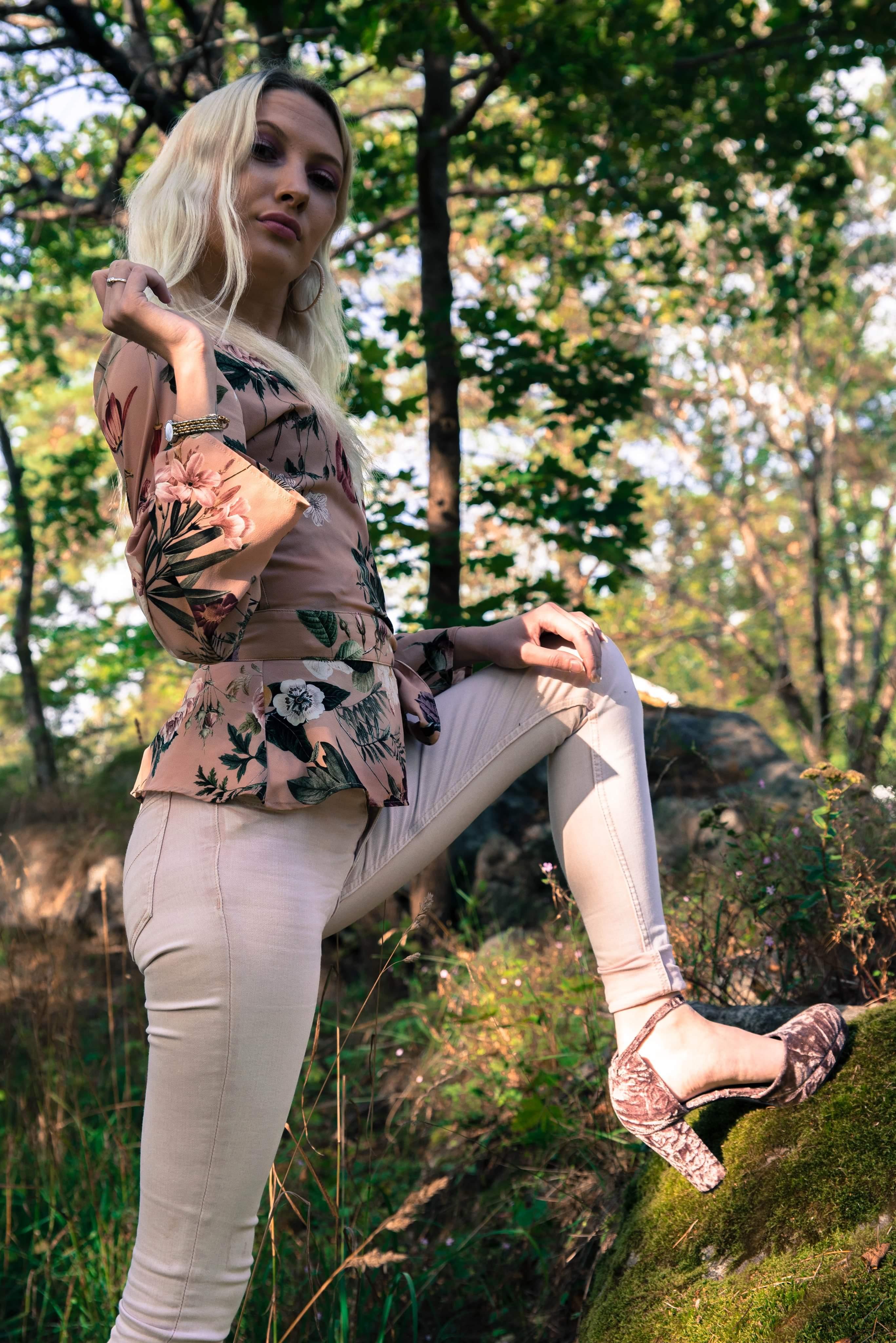 Nathalie i naturen utanför Nynäshamn