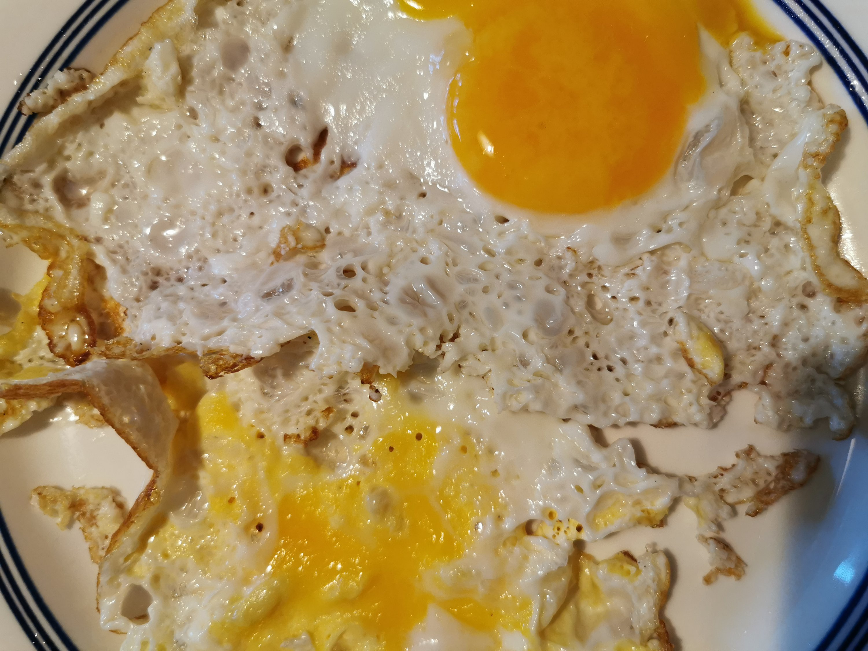 stekta ägg med gulor