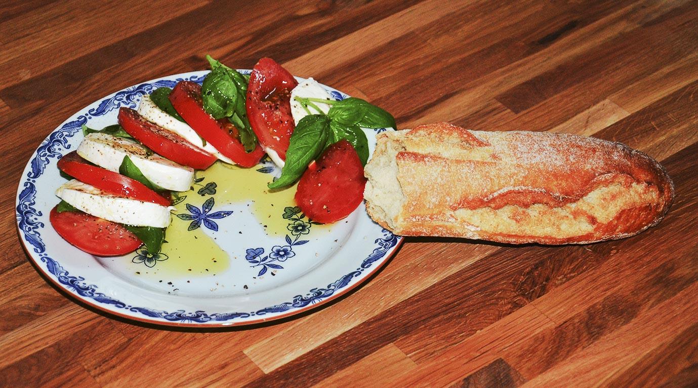 Mozzarella, basilika, tomat och bröd
